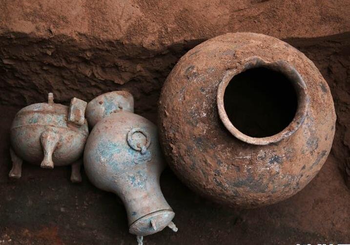 秦古墓中发掘的盛古酒铜壶