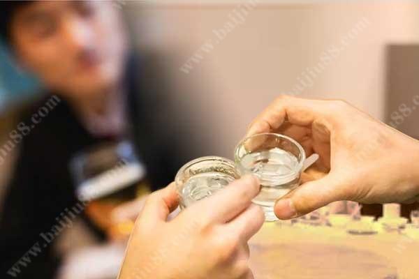 劝酒经久不衰的一大因素-以酒品见人品