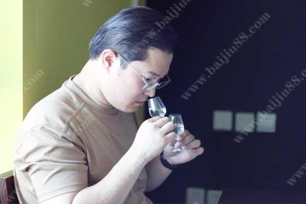 专业的白酒品评核心步骤之闻香应该怎样做?