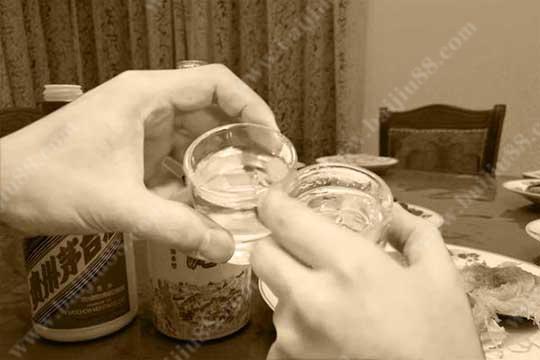 是什么因素让我们喝白酒都习惯用小杯