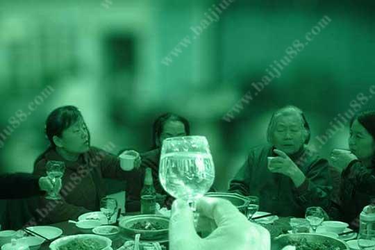 在聚会时为什么大家更倾向选择白酒