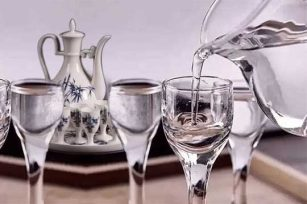 喝白酒时应该用什么杯子去喝呢?