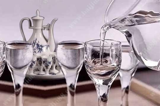 喝白酒时应该用什么杯子去喝