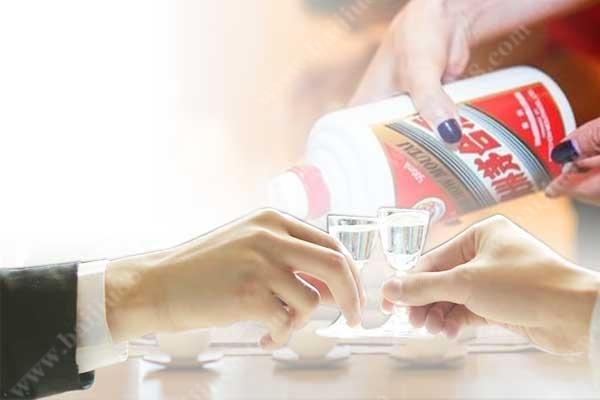 作为一个资深销售人员请客户吃饭选什么白酒好?