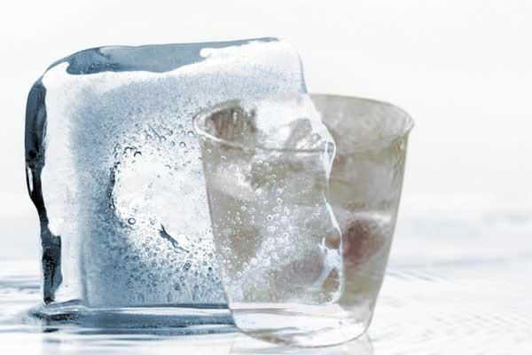 两分钟为你解答大热天喝白酒到底能不能加冰