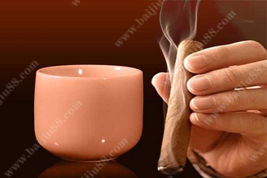 人们为什么喜欢边喝酒边吸烟