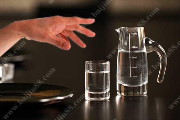 手抖为什么喝点酒就好了
