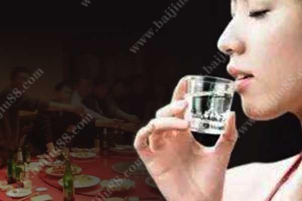 为什么女人喝酒脸不红