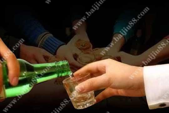 在和长辈饮酒时需要注意哪些礼仪?