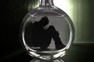 为什么失恋的人都喜欢喝酒?失恋的人喝闷酒怎么安慰