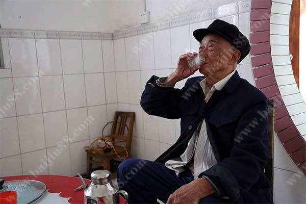 老人每天喝多少白酒为宜