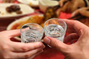 喝酒碰杯是什么意思?喝酒的时候为什么要碰杯