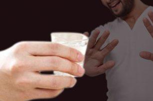 为何很多外国人不敢喝中国白酒?洋人不喝白酒的原因