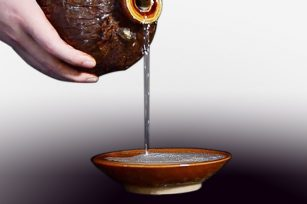 如何去看酱香酒的色泽?酱香白酒的色泽是什么样的