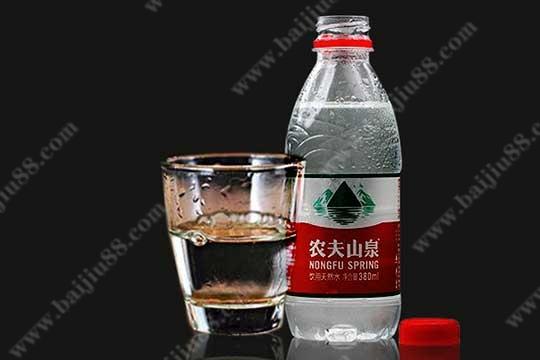 白酒和矿泉水搭配有哪些好处?