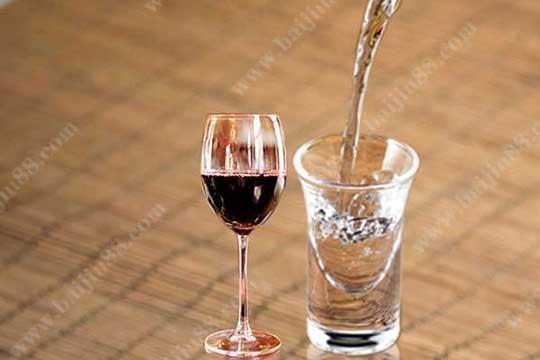 白酒与红酒中国人究竟更适合喝哪一种酒?