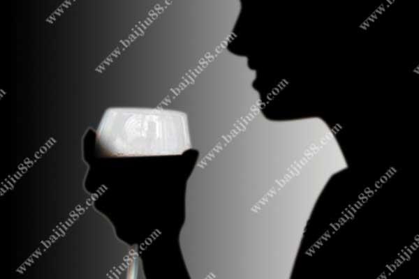 女人喝酒怎样才能显得高雅