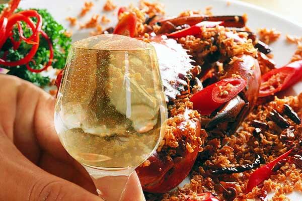 吃螃蟹时能不能喝酒