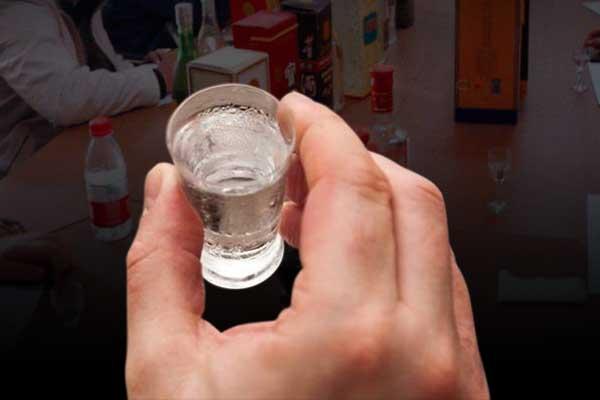 品鉴酱香型白酒时为什么要用小酒杯