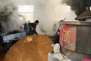 为大家普及下,生产浓香型白酒时要怎么处理原材