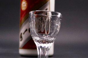 为什么酱香型白酒可以实现空杯留香的现象?